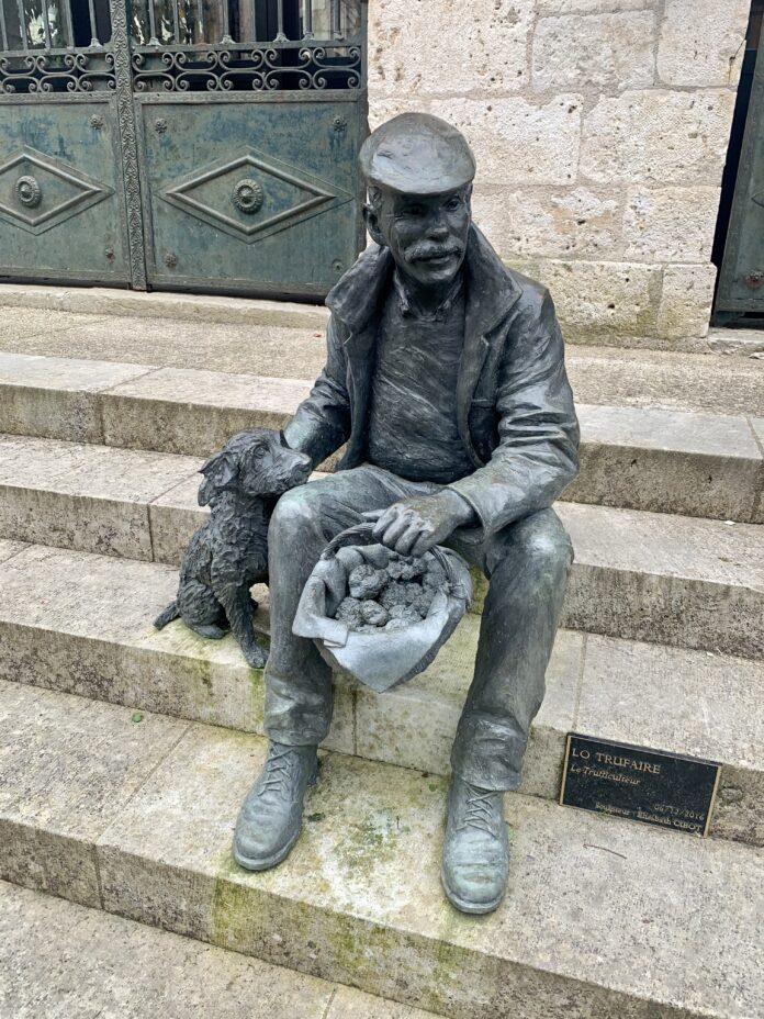 standbeeld in Lalbenque